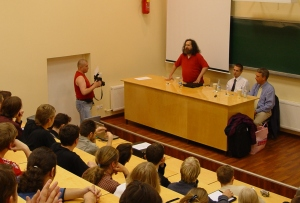 Föreläsning om mjukvarupatent på Tekniska Högskolan i Riga, juli 2004.  Bakom katedern från vänster: Richard Stallman, Marco Schulze (tyska FFII), Christian Engström. Fotograf behöer ej anges.