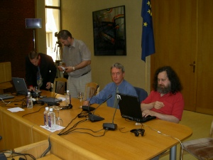 Inför föreläsning om mjukvarupatent i parlamentsbyggnaden i Vilnius, juli 2004.  Från vänster: Marco Schulze (tyska FFII), Gintautas Babravicius (medlem av litauiska parlamentet), Christian Engström, Richard Stallman. Fotograf behöver ej anges.
