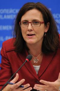 Sveriges EU-kommissionär Cecilia Malmström (FP) vill inte riva upp Swift-avtalet