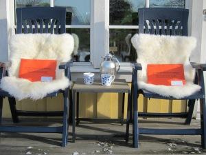 Pensionskuvert och kaffe på verandan