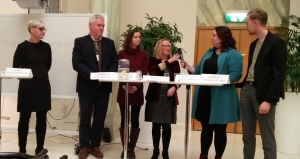 Riksdagsledamöterna Karin Abrahamsson (M), Anders W Jonsson (C), Hillevi Larsson (S), Karin Rågsjö (V), Christina Örnebjär (L) och Anders Schröder (MP) på seminarium för en förändrad narkotikapolitik